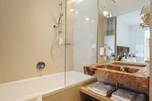 Badezimmer mit Badewanne und Blick auf den See