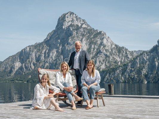 Familie Gröller vor dem Traunstein