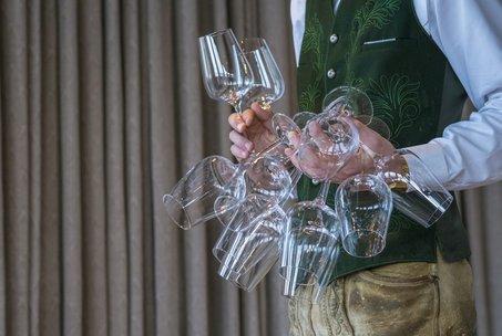 Gläser in einer Hand