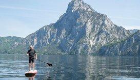 Stand up paddling mit Blick auf den Traunstein