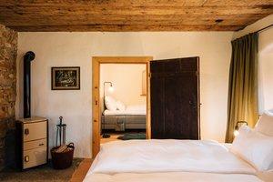 Schlafzimmer mit angrenzendem, weiteren Schlafzimmer