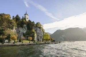 Blick auf die Halbinsel Traunkirchen mit Johannesbergkapelle, (c) Traunseehotels, Foto: Christof Wagner