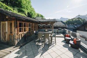 Terrasse mit Grillplatz und kleine Hütte