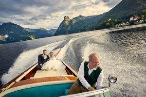 Wolfgang Gröller mit Brautpaar am Boot