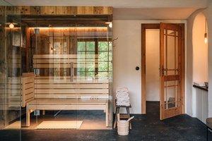 Sauna im Badezimmer mit Blick auf die Wiesen und Wälder