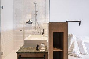 Kuschelzimmer mit offenem Badezimmer