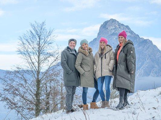 Familie Gröller beim winterlichen Spaziergang in Traunkirchen