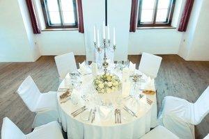 Gedeckter Tisch im Klostersaal