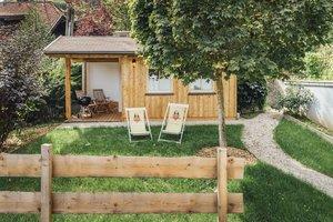 Garten mit Grillhütte und Liegestühlen